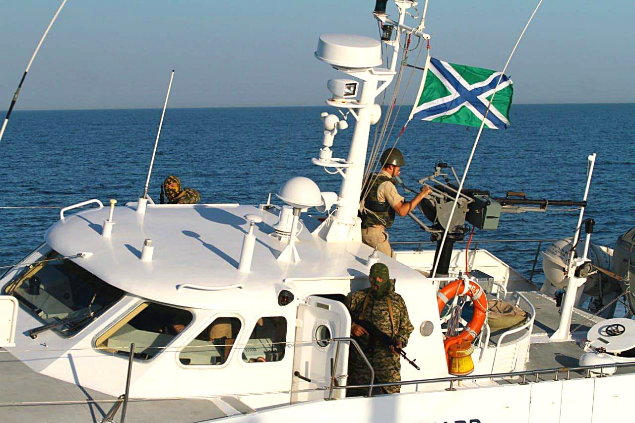 13 сентября корабль береговой охраны пограничной службы ФСБ России пытался срезать судно украинских пограничников