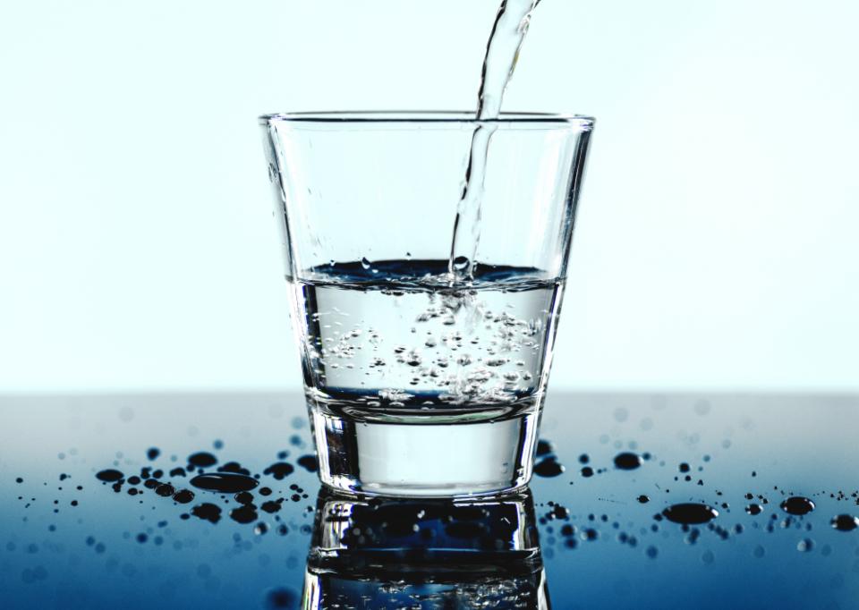 В среднем рекомендуется пить 1,5 л воды в день. Оптимально, если она будет теплой