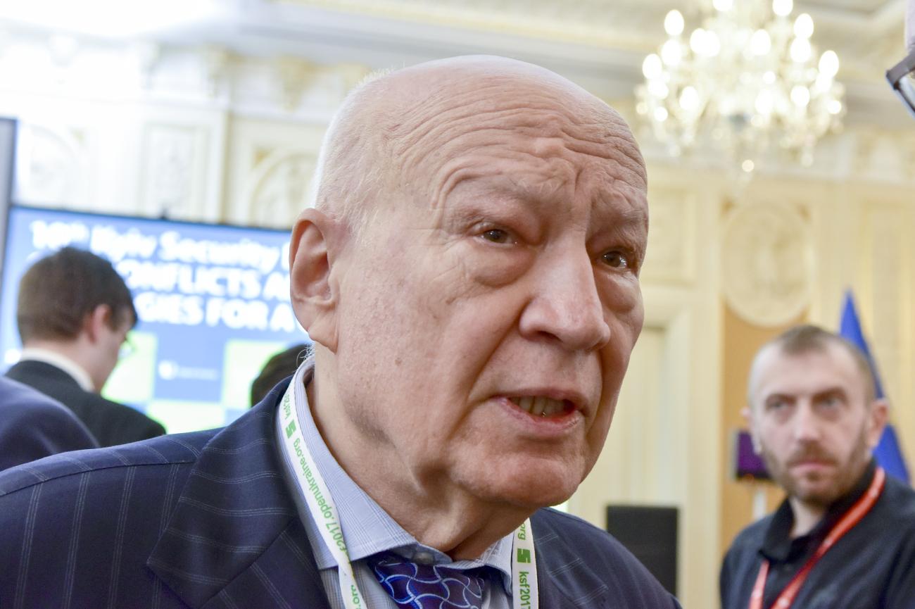В начале 2000-х на должность министра обороны в парламенте обсуждали кандидатуру Владимира Горбулина, ныне экс-директора Национального института стратегических исследований