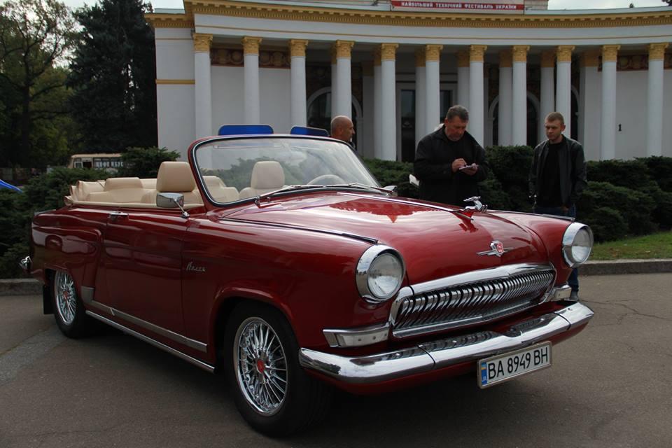 На кабриолетах ГАЗ-12 ЗИМ советские маршалы принимали военные парады