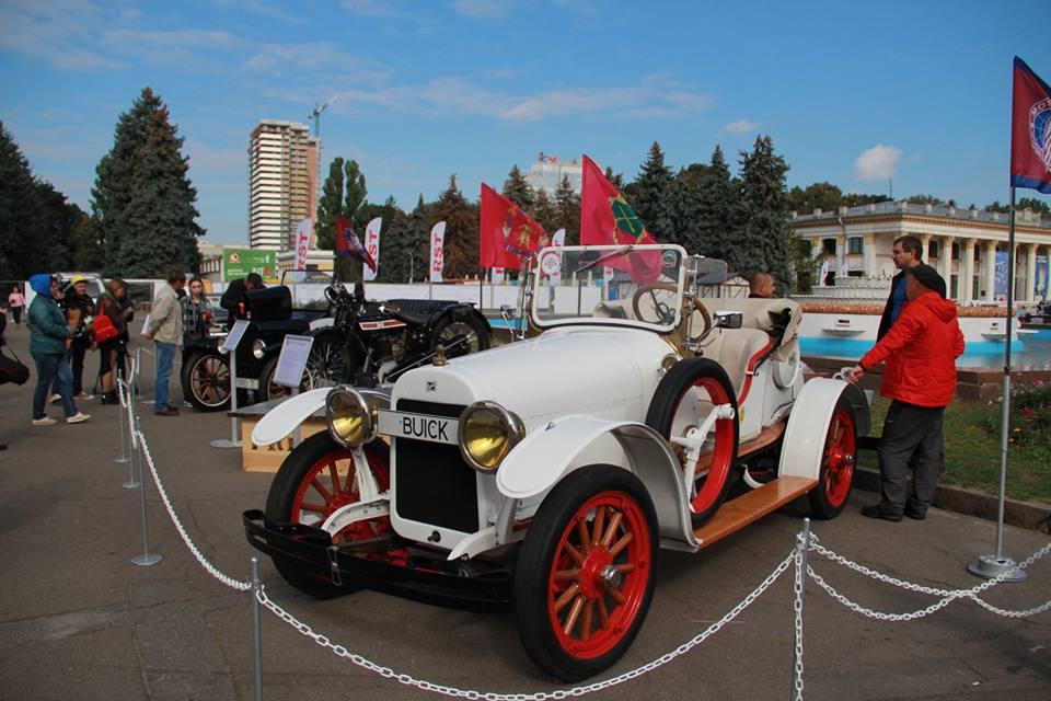 На таком Buick 6-21 Speedster в 1920-х годах участвовала в соревнованиях известная гонщица Мари Антуанетта де Авансо по прозвищу «Мисс четыре поршня»