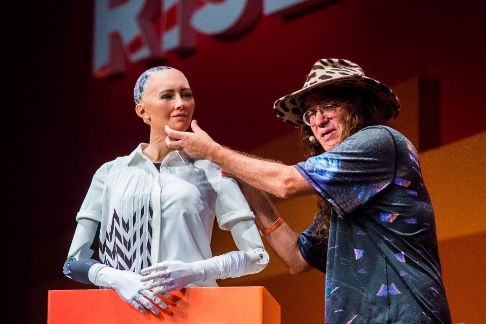 """Некоторые исследователи ИИ не воспринимают робота Софию всерьез, называя """"чат-ботом с лицом"""""""
