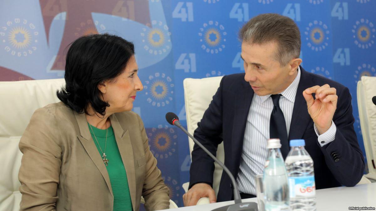 Саломэ Зурабишвили выдвигается как независимый кандидат, но негласно ее поддерживает правящая партия миллиардера Бидзины Иванишвили «Грузинская мечта»