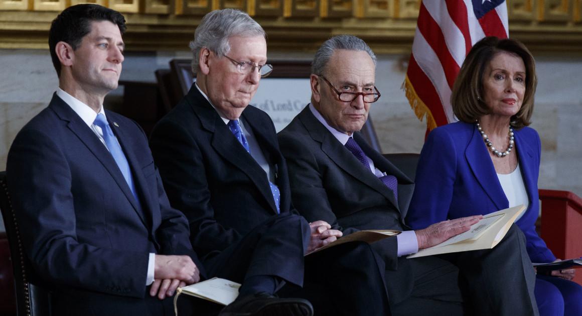 Лидеры республиканцев спикер Палаты представителей Пол Райан, сенатор Митч Макконел и лидеры демократов сенатор Чак Шумер и глава оппозиции Палаты представителей Нэнси Пелоси (слева направо)