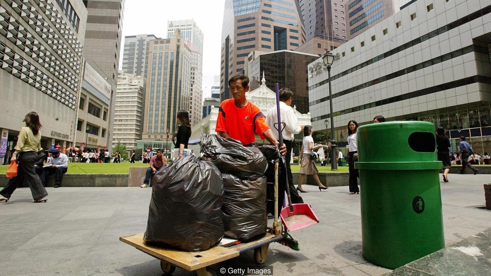 Сегодня Сингапур чист не потому, что местные жители боятся штрафов, а потому, что есть армия рабочих, которые его убирают