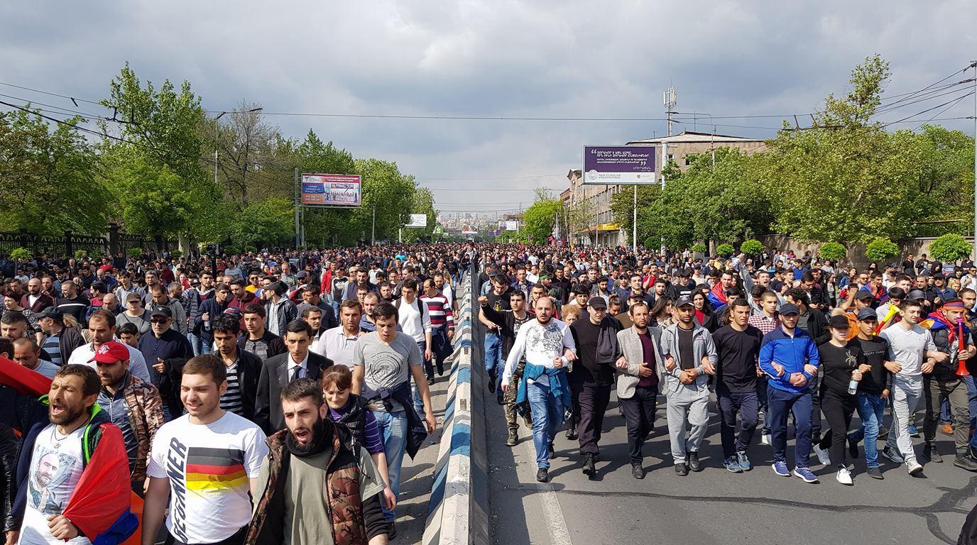 Опасаясь уличных протестов сторонников Пашиняна, большинство в парламенте Армении вынуждено принимать правила игры нового премьера