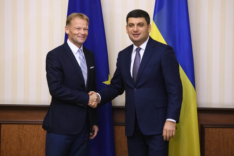 Вице-президент Европейского Инвестиционного Банка Вазил Худаку (на фото слева) жалуется, что 3 млрд из 5 млрд евро инвестиций, выделенных для Украины, не использованы