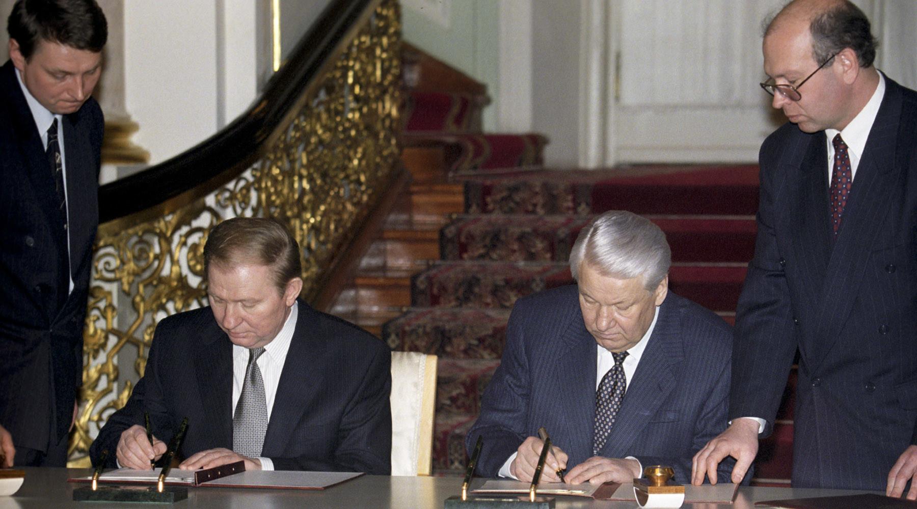 """Большой договор """"о дружбе"""" между Украиной и Россией подписывали президенты Леонид Кучма и Борис Ельцин, 1999 г."""