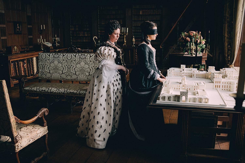 Интимная связь королевы и ее фавориток - не проблема ни для героинь, ни для придворных