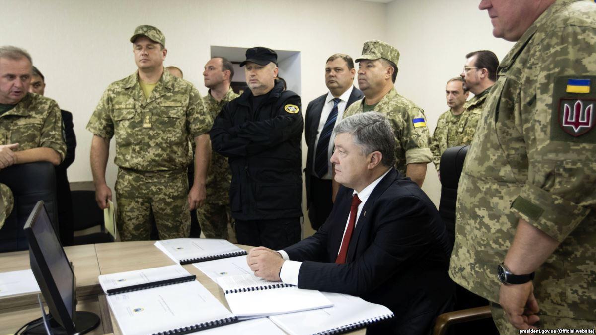По словам президента Украины, в Минобороны и Генштабе проходят совещания с участием всех представителей сектора безопасности и обороны, чтобы выстроить оборону страны в рамках принятых решений