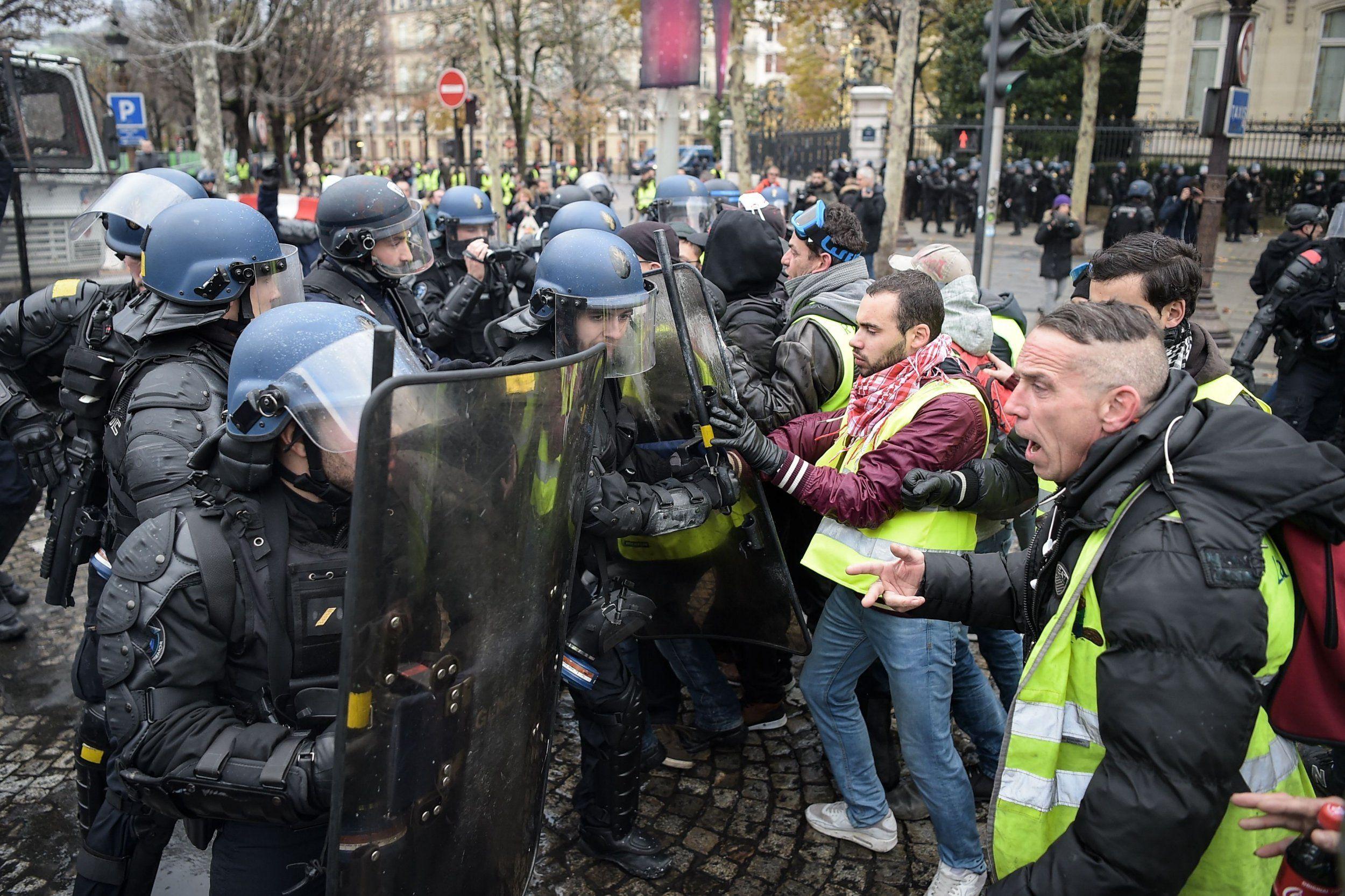 В столкновениях с полицией пострадали до 250 человек