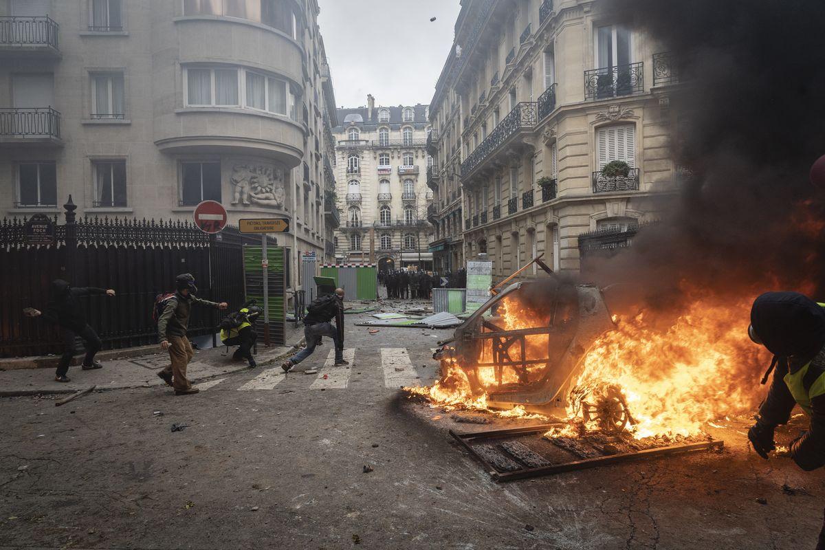 Погромы перекинулись на фешенебельные кварталы Парижа