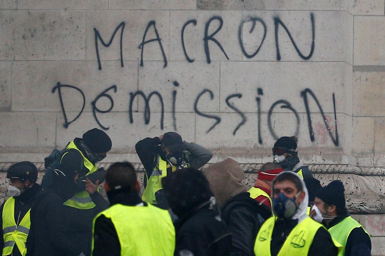 Протестующие винят в своих бедах президента Макрона и требуют его отставки