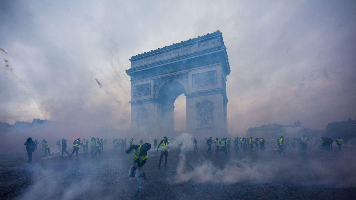Триумфальная арка тоже стала жертвой нападения хулиганов