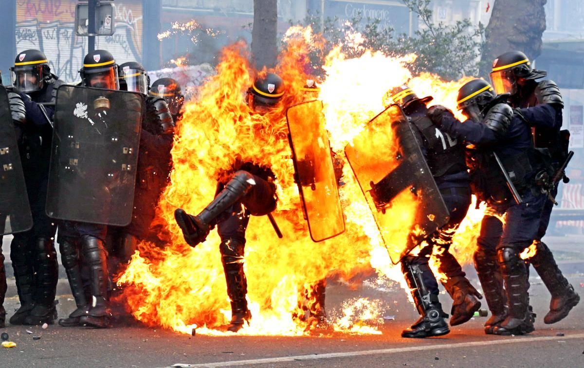 В числе пострадавших вследствие агрессивных протестов более двух десятков полицейских