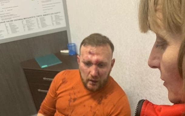 Пострадавшего от нападения неонацистов политконсультанта Андрея Бодрова обследуют медики 12 декабря 2018.