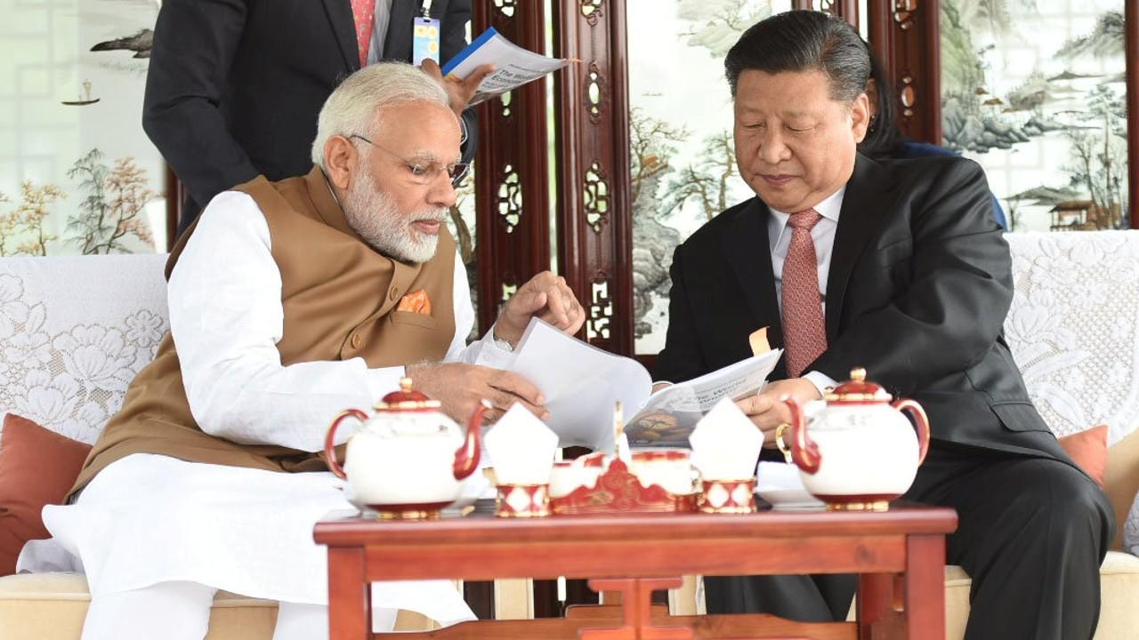 Премьер-министр Индии Нарена Моди и председатель КНР Си Цзиньпин (слева направо)