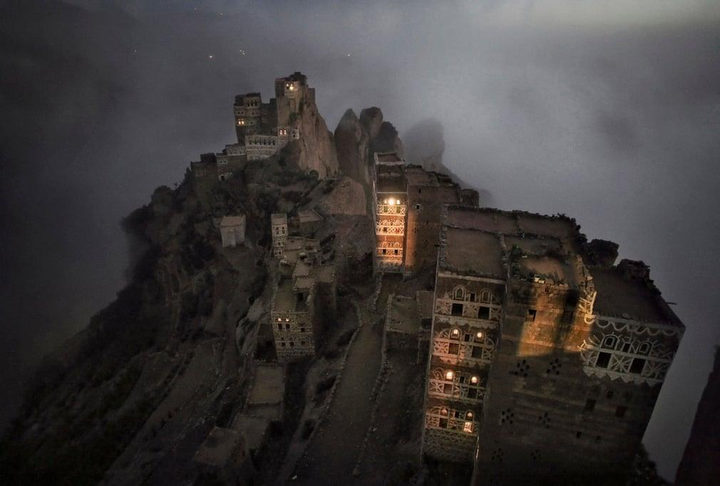 Утренний туман поднимается из долины к маленькой деревне Шугруф в горах Хараз, Йемен.