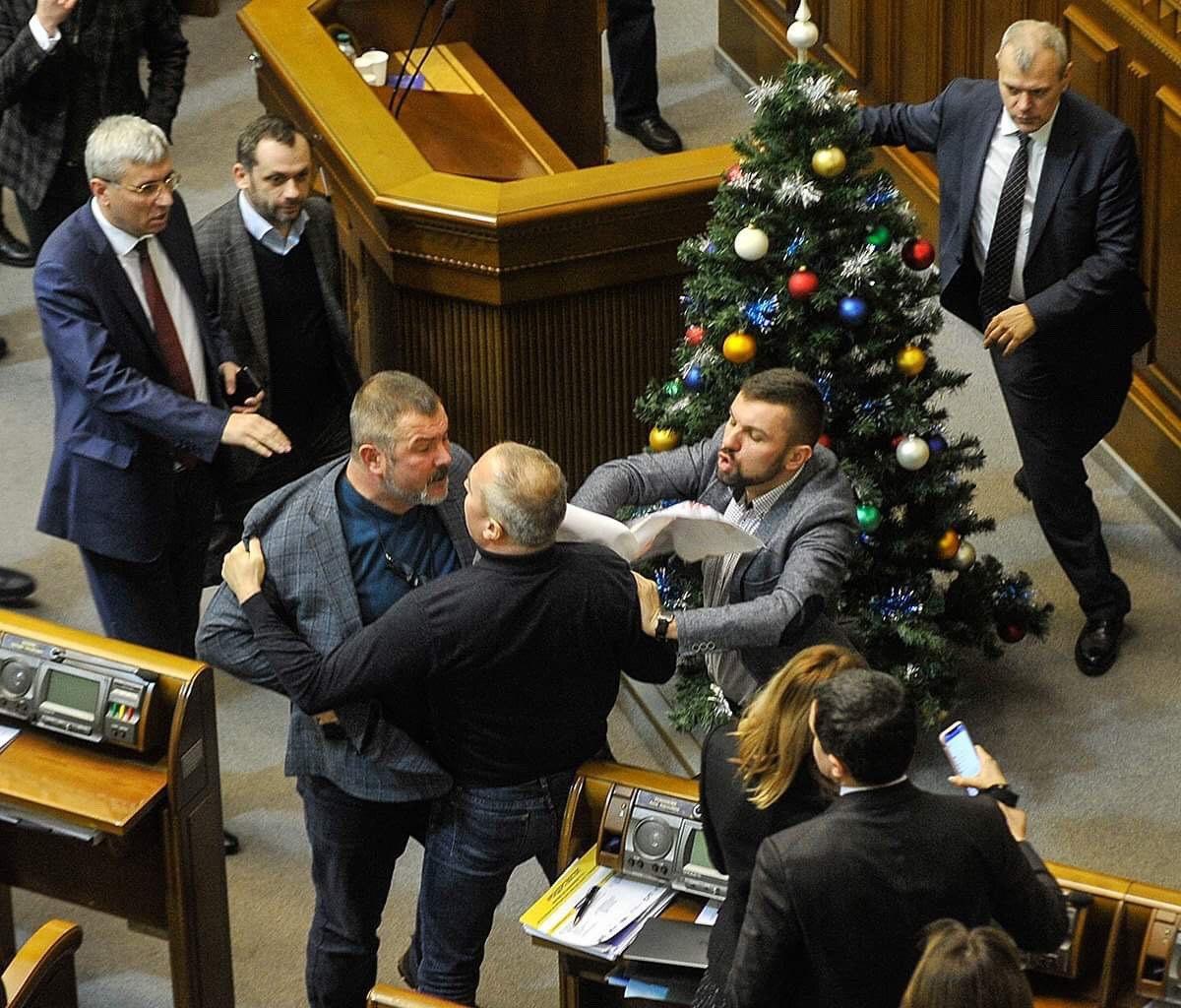 20 декабря нардепы по ускоренной процедуре приняли закон, которым рассчитывают обязать УПЦ (МП) изменить название так, чтобы оно показывало связь с РПЦ