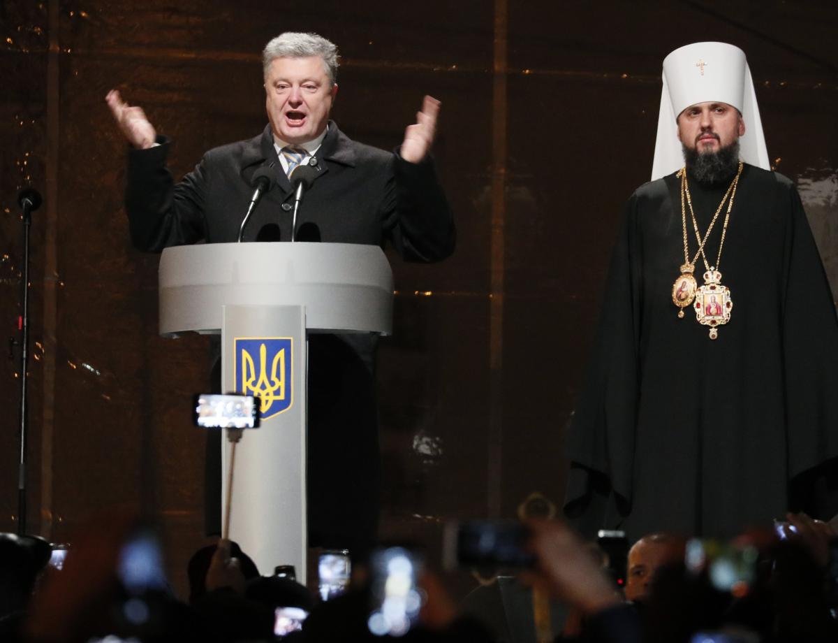 Политологи обращают внимание, что предстоятель новой ПЦУ митрополит Епифаний уже говорил, что будут поддерживать президента Порошенко