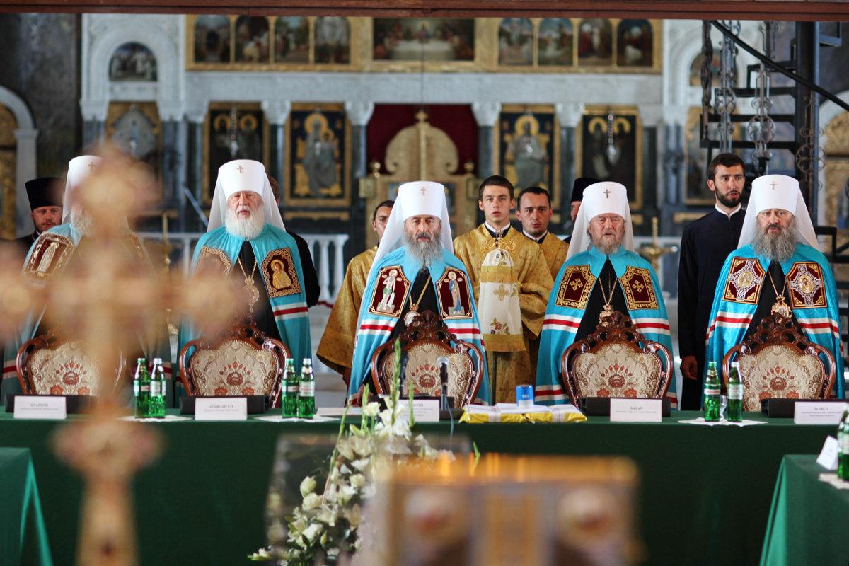Иерархи УПЦ МП утверждают, что никто не влияет на их решение при избрании предстоятеля, а глава РПЦ только его благославляет