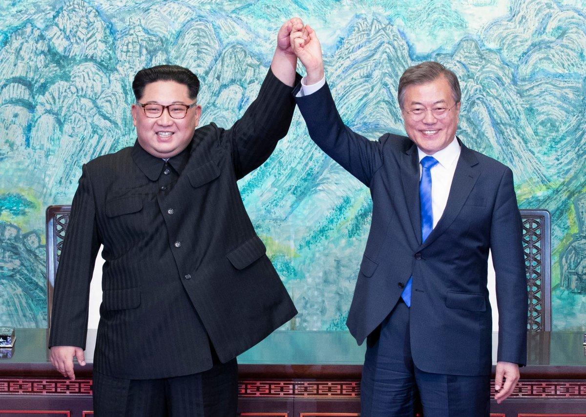 Ким Чен Ын и президент Республики Корея Мун Джэин объявили о перемирии 27 апреля 2018 года / EPA