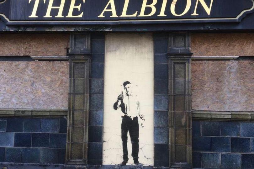 Фото: Граффити изображено на стене бывшего паба Альбион (Grimsby Live)
