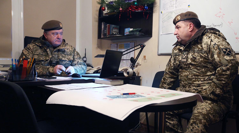 Эксперты называют несколько причин, почему для президента Порошенко удобно оставить во главе Минобороны Степана Полторака