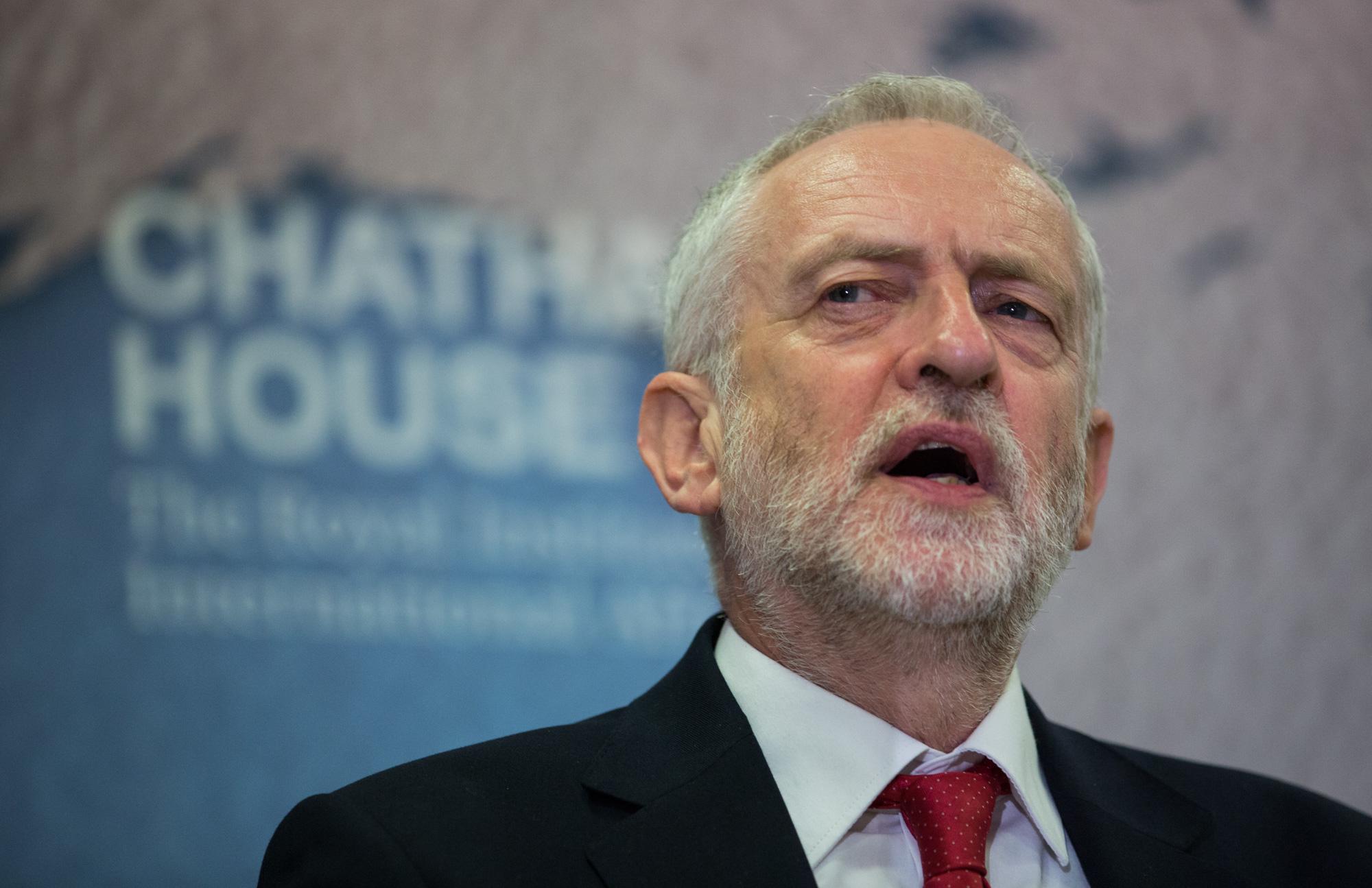 Лидер лейбористов Джереми Корбан, выполняя решение своей партии, терзает парламент требованиями отставки правительства Мэй, досрочных выборов и повторного референдума о членстве в ЕС
