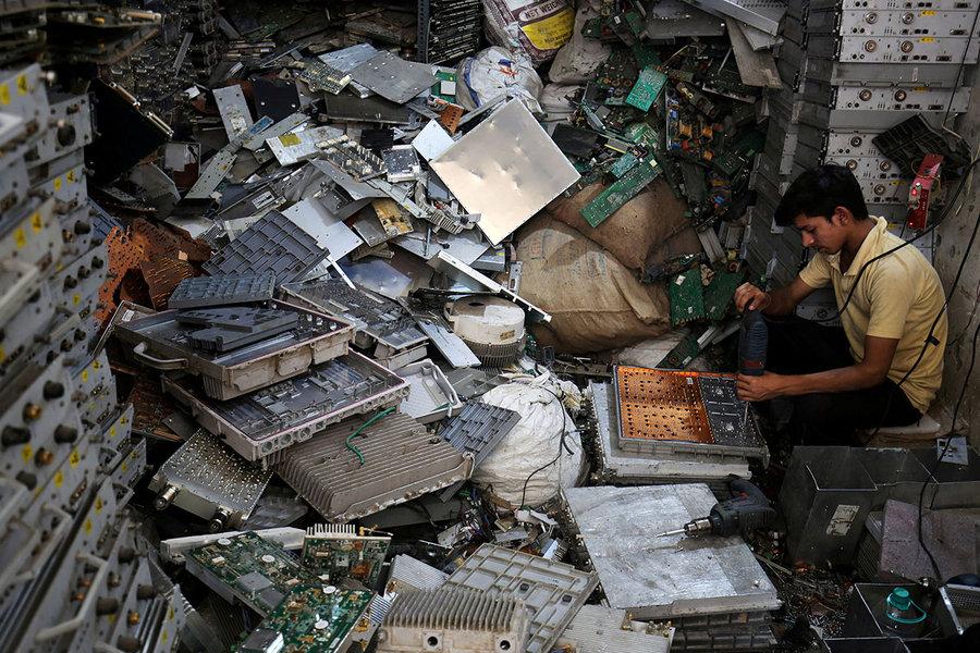 Рабочий разбирает электронный мусор в Нью-Дели, Индия / Amit Dave / Reuters