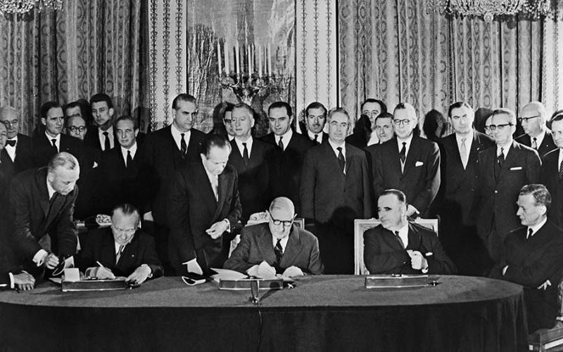 Аденауэр и де Голль подписывают Елисейский договор об союзе между ФРГ (Западная Германия) и Францией, 1963 г.