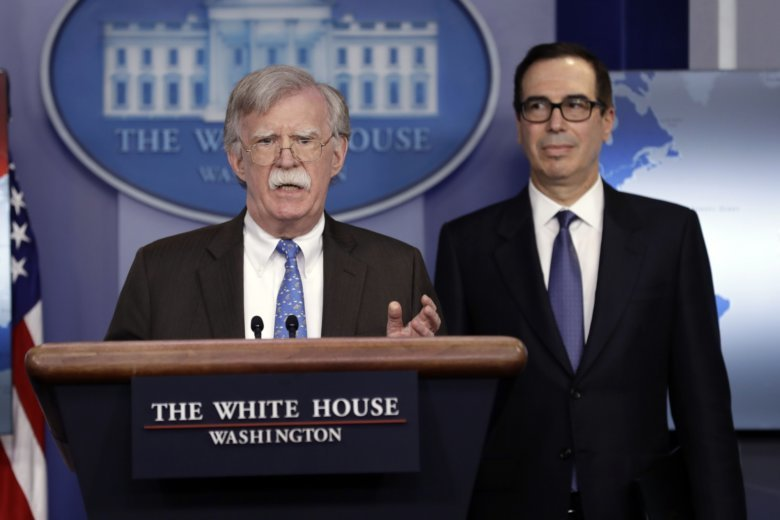 Советник по нацбезопасности Джон Болтон и глава Минфина США  Стивен Мнучин (слева направо) сообщают о новых санкциях в отношении государственной нефтяной компании Венесуэлы