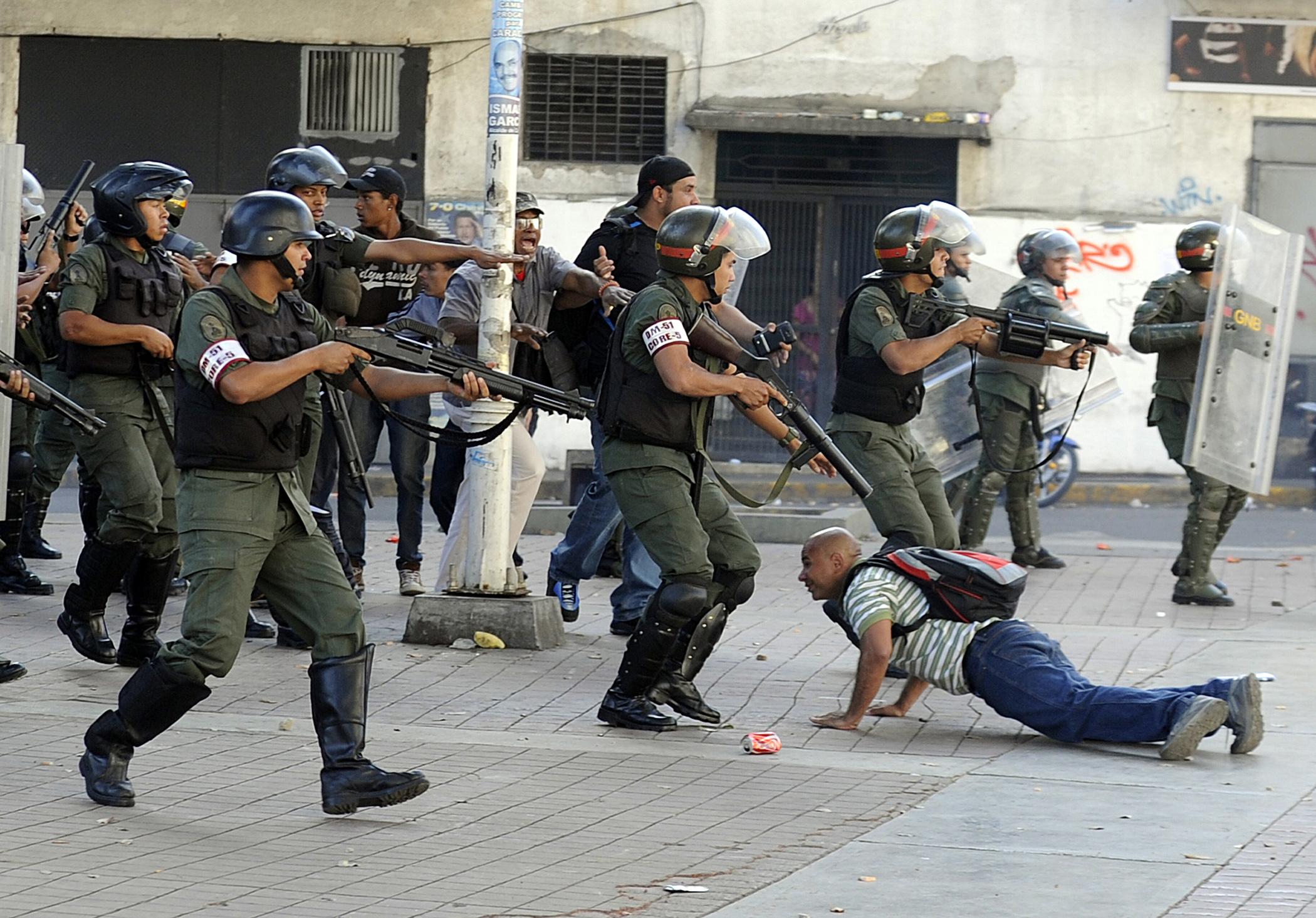 В Венесуэле, по мнению наблюдателей, финал политической трагедии, будет зависеть от позиции военных