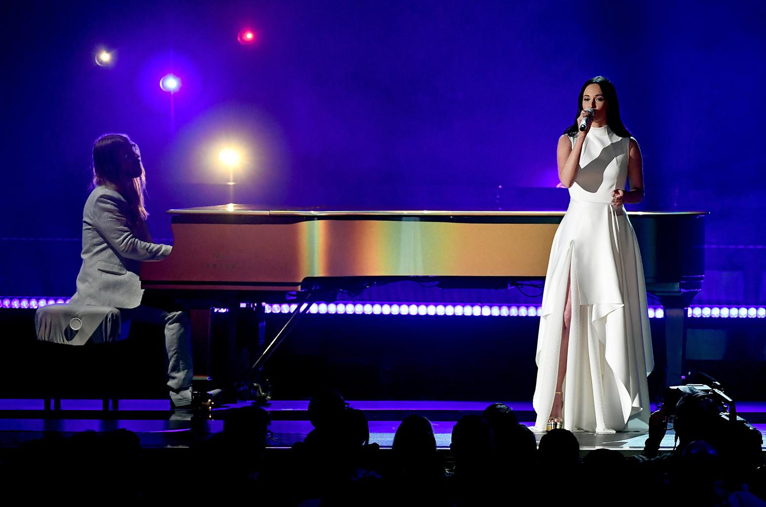 """Кантри-певица Кейси Масгрейвс на церемонии награждения исполнила песню """"Rainbow"""""""