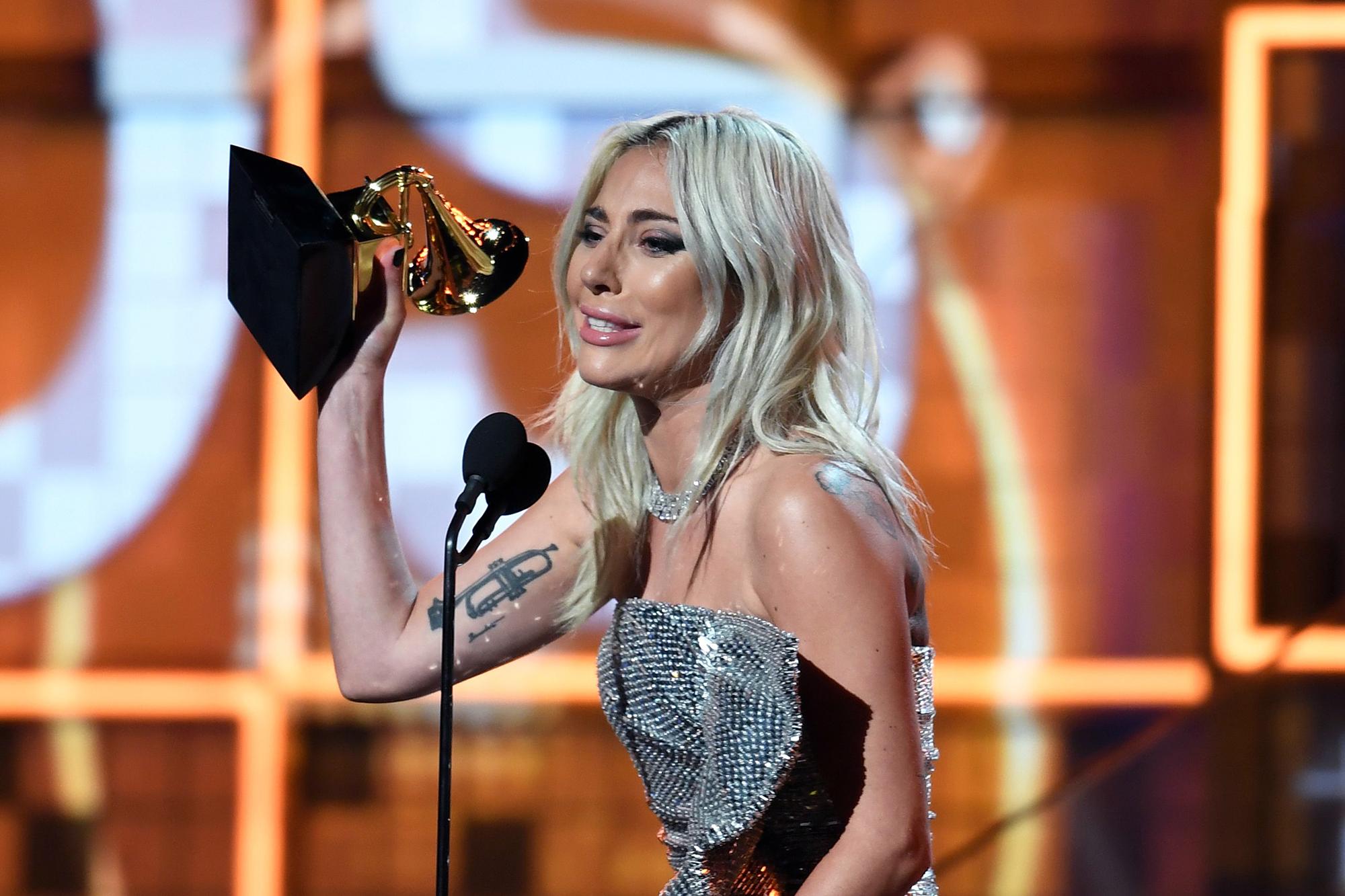 """Леди Гага получила """"Грэмми"""" за лучший дуэт - песню """"Shallow"""", записанную вместе с Брэдли Купером для фильма """"Звезда родилась"""""""