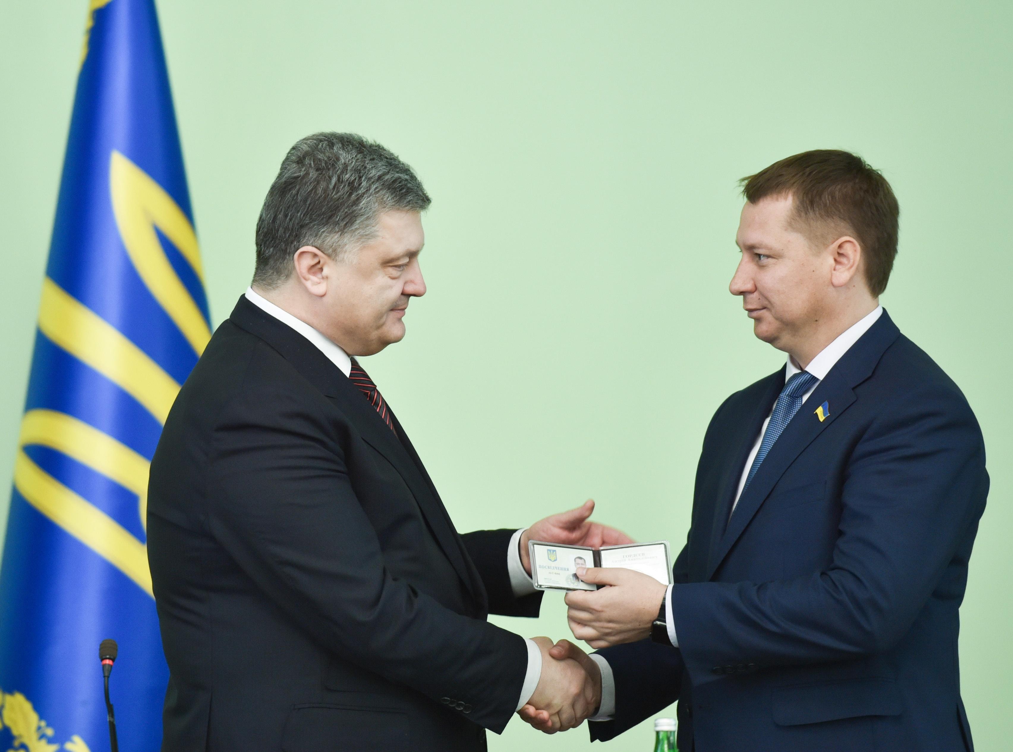 Политологи считают, что президент Порошенко не рискнет уволить Андрея Гордеева с должности главы Херсонской ОГА, так как его избирательный штаб сделал ставку на админресурс (на фото Гордеев - справа)