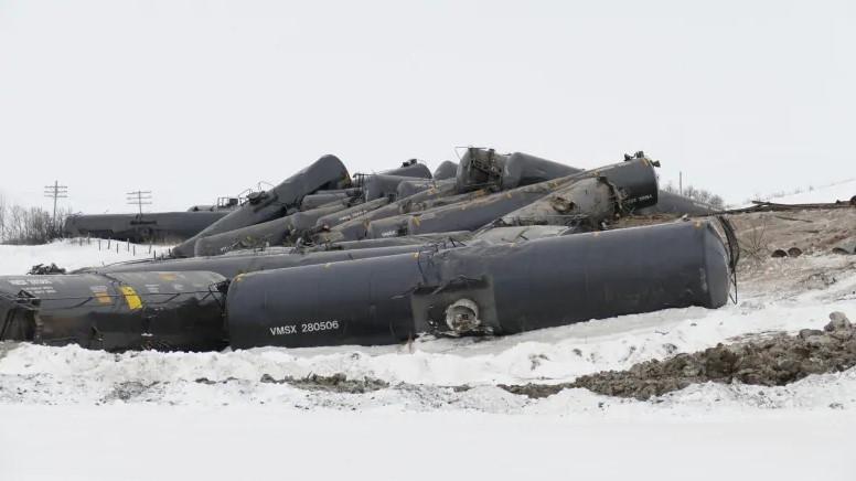 ВКанаде сошли срельсов 37 вагонов-цистерн снефтью