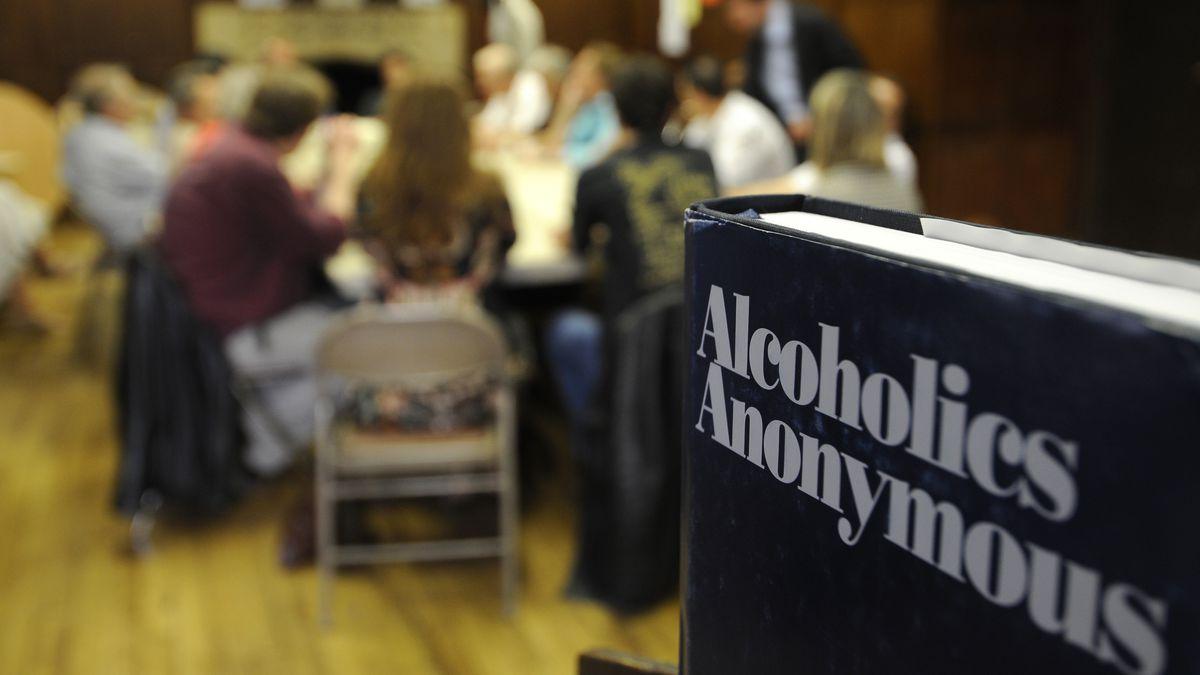 Анонимные Алкоголики не связывают себя с какой-либо религией, организацией или учреждением. Члены общества помогают друг другу бесплатно и не ведут учет