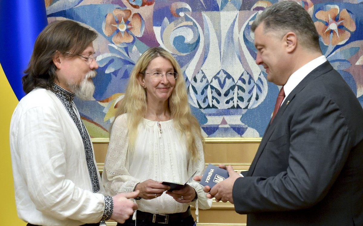 В июле 2015 года Ульяна Супрун с мужем получили украинское гражданство без прохождения экзамена на знание украинского языка.