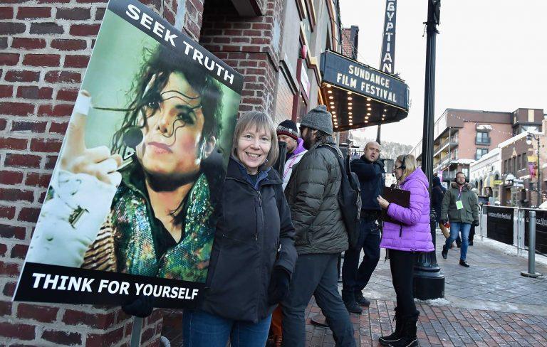 """Поклонница Майкла Джексона перед премьерой фильма """"Покидая Неверлэнд"""" на кинофестивале """"Санденс"""". Надпись на плакате: """"Ищи правду, думай самостоятельно"""""""