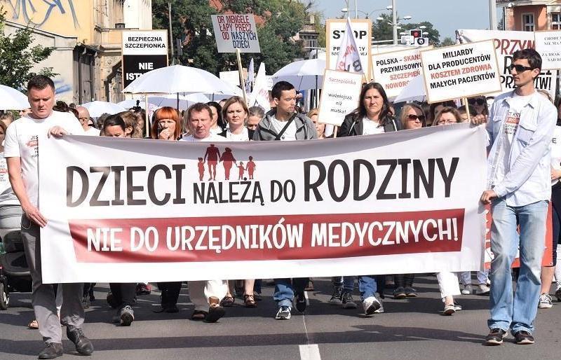 """Демонстрация движения антипрививочников Stop Nop в Польше. Надпись на плакате: """"Дети принадлежат семье, а не медицинским чиновникам"""""""