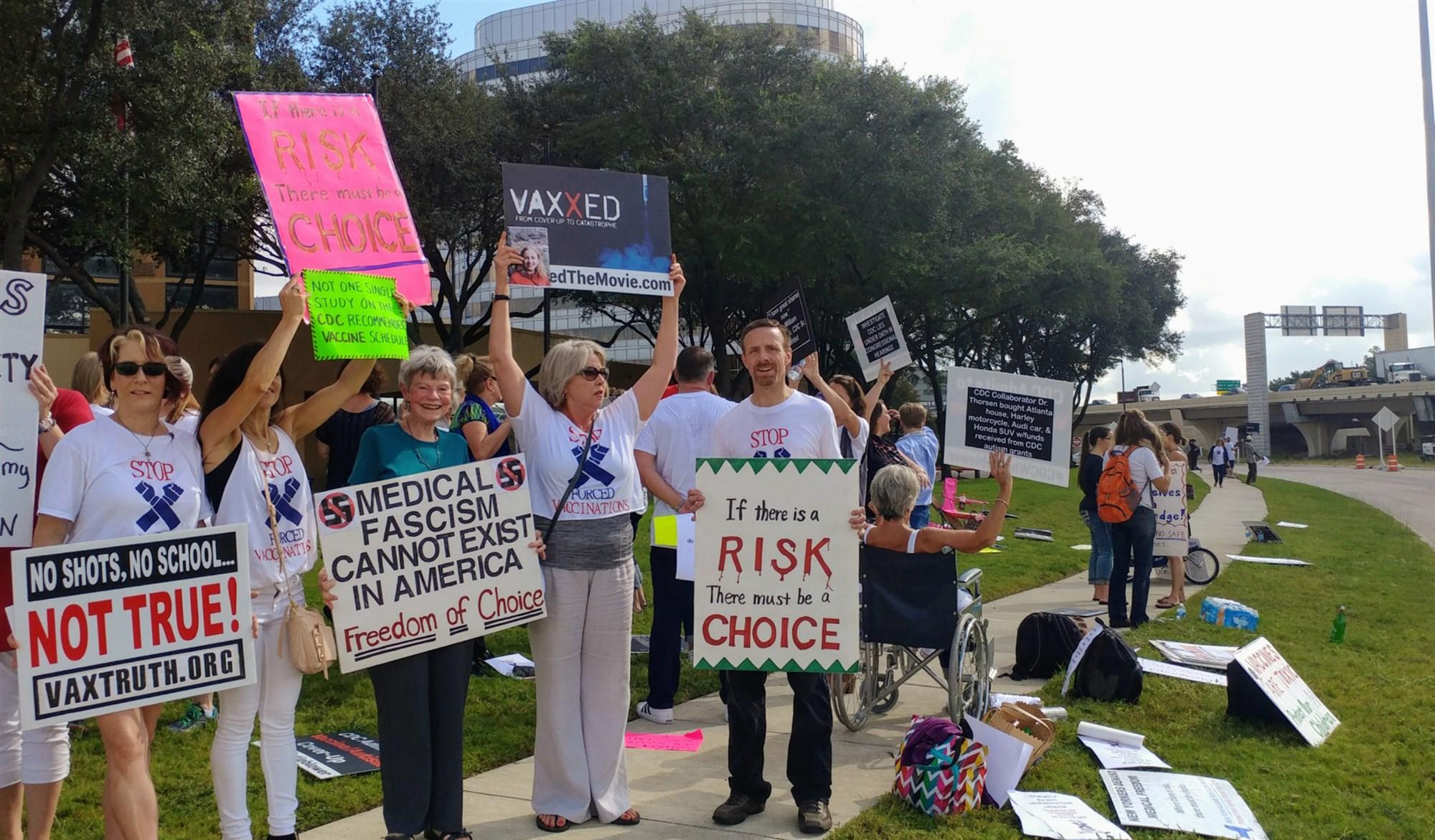 """Протестующие выступают против обязательной вакцинации в Хьюстоне, США. Надпись на плакате: """"Медицинский фашизм не может существовать в Америке"""""""