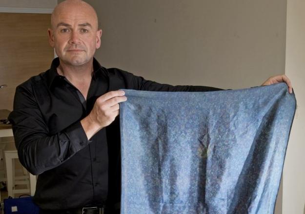 Писатель Рассел Эдвардс держит предполагаемый платок Кэтрин Эддоус голыми руками, 2014 год