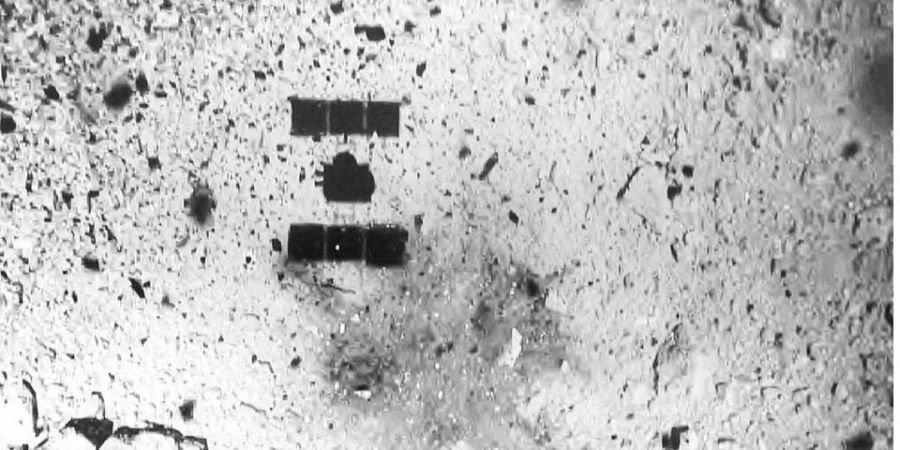 Тень японского зонда Hayabusa 2 на астероиде Рюгу / JAXA