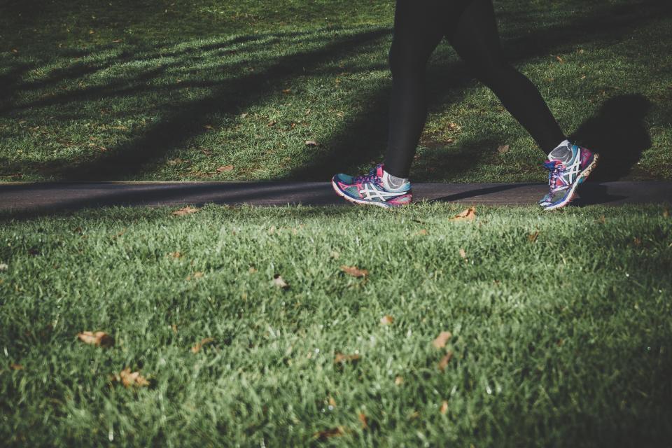Большинство специалистов здравоохранения рекомендуют уделять умеренной или интенсивной физической активности 150 минут в неделю