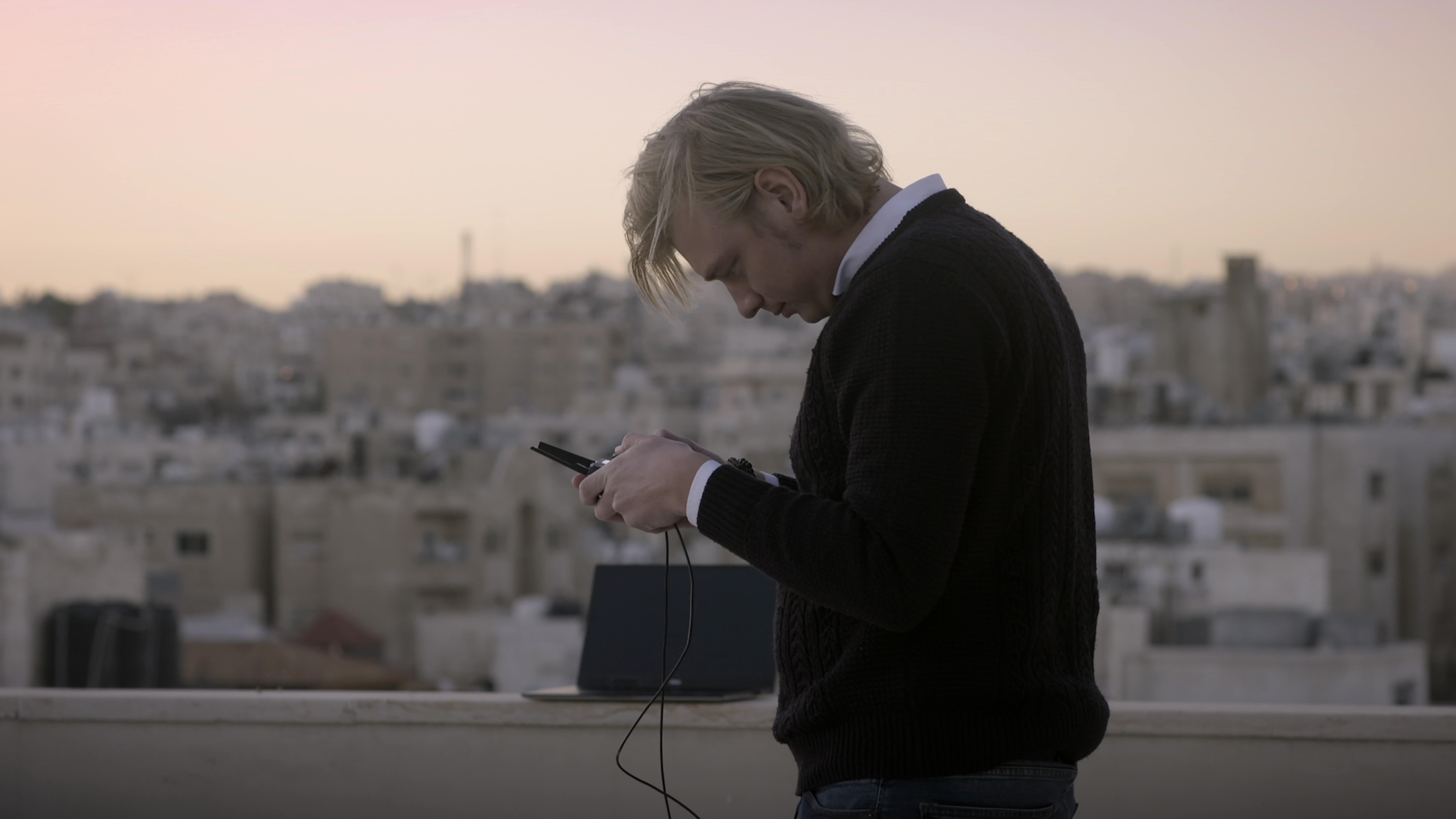 В 2018 году The New York Times наняли члена «Bellingcat» Кристиана Триберта, чтобы он обучил корреспондентов работе с открытыми данными (кадр из фильма)