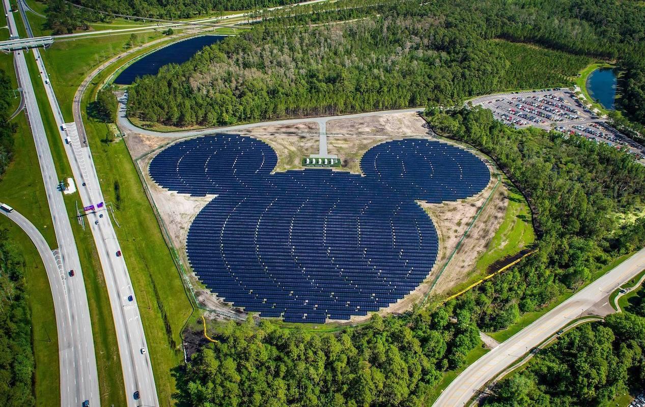 Солнечная электростанция Disney в штате Флорида построена в виде головы Микки Мауса. Она обеспечивает электричеством два больших парка развлечений