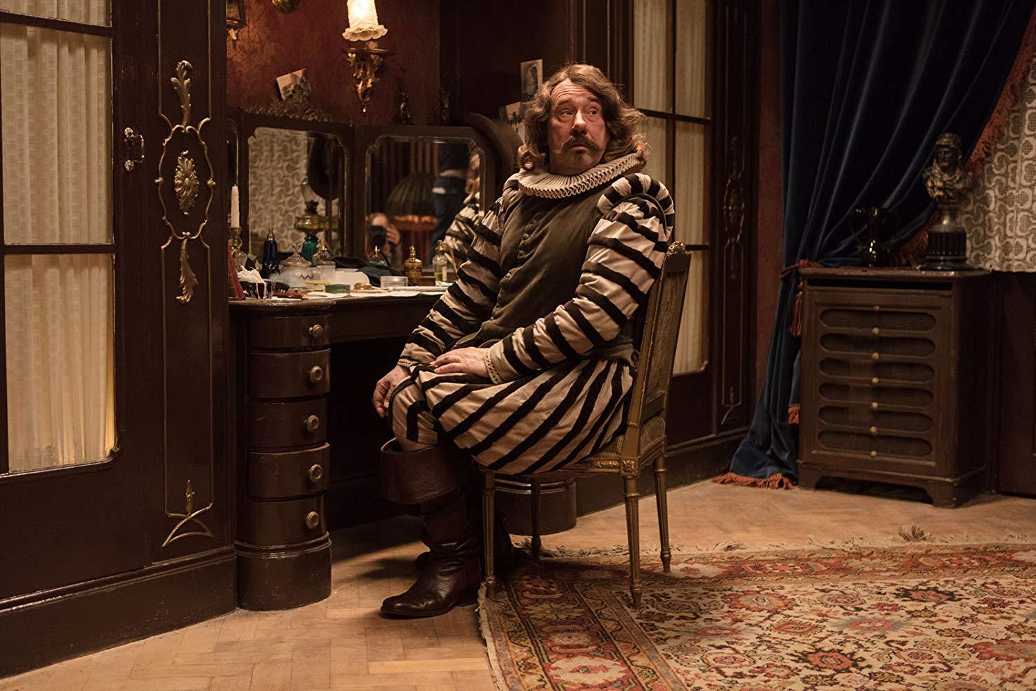 Оливье Гурме в роли актера Коклена, впервые сыгравшего роль Сирано де Бержерака
