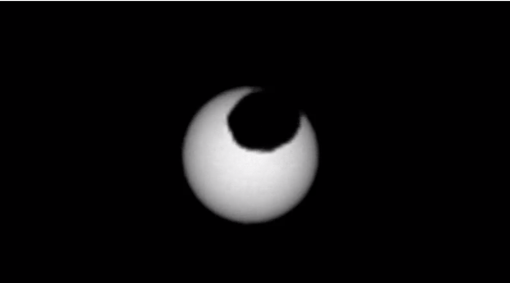 Фобос на фоне Солнца / NASA
