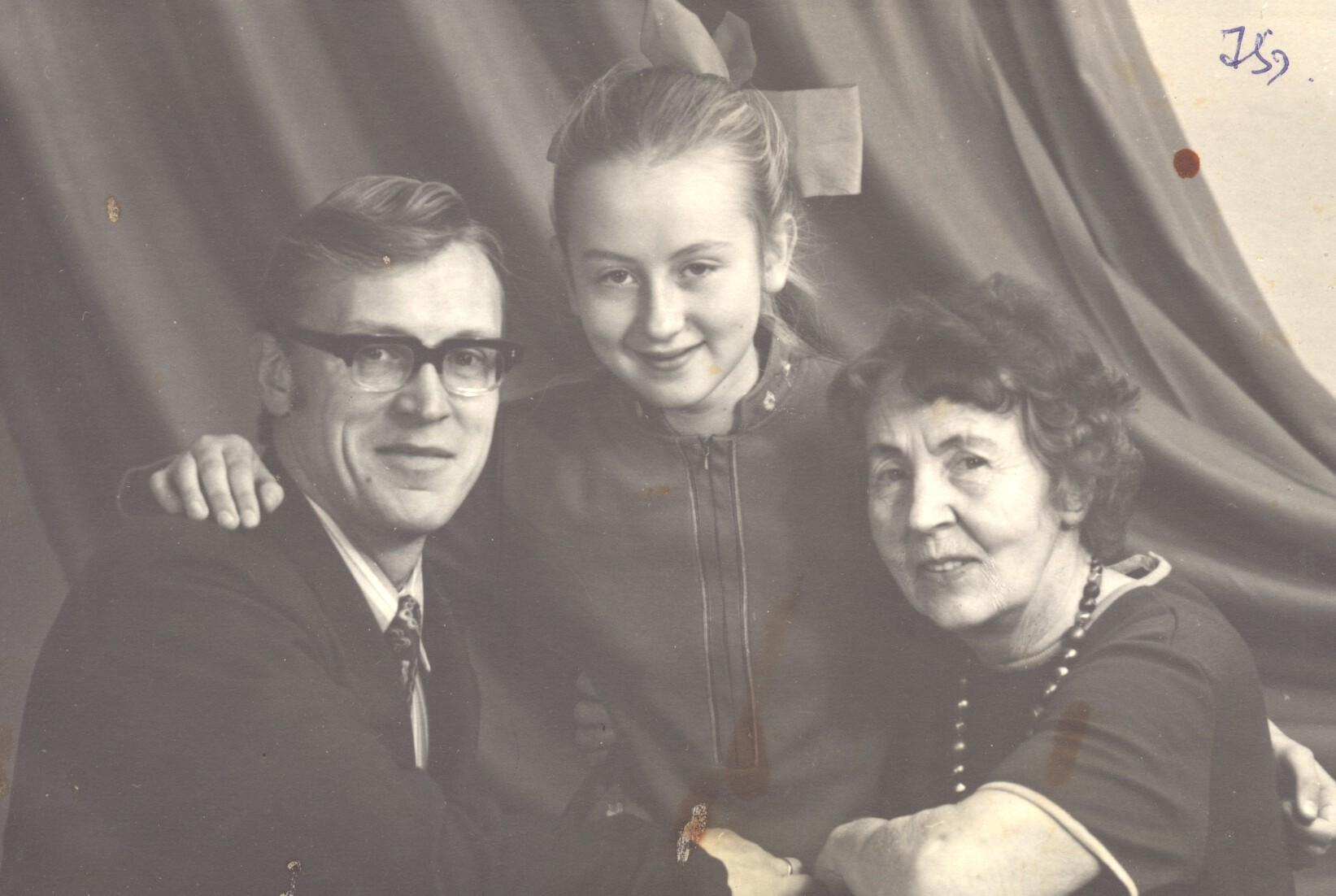 Нина Гудкова с сыном Юрием и внучкой Еленой. Фото предоставлено проектом Слово Праведника и семьями Праведников народов Мира.